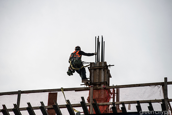 Seattle construction worker tethered